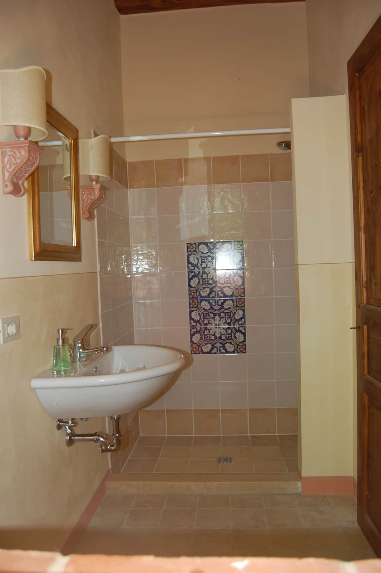 The shower room  (with loo) in the poolhouse- there is a separate changing room.