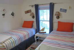 Bedroom 3: Twin beds