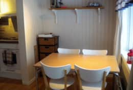 K43 Stewart Cottage - Dining Area with seating for five